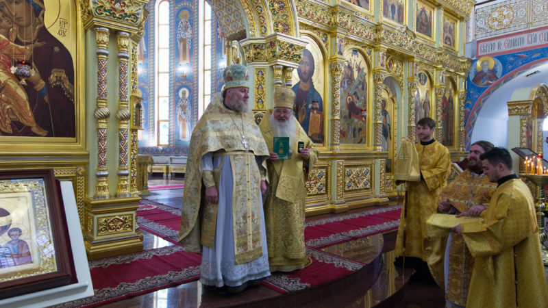 (Фото) Главе епархии Сахалина вручена награда Кагульской и Комратской епархии