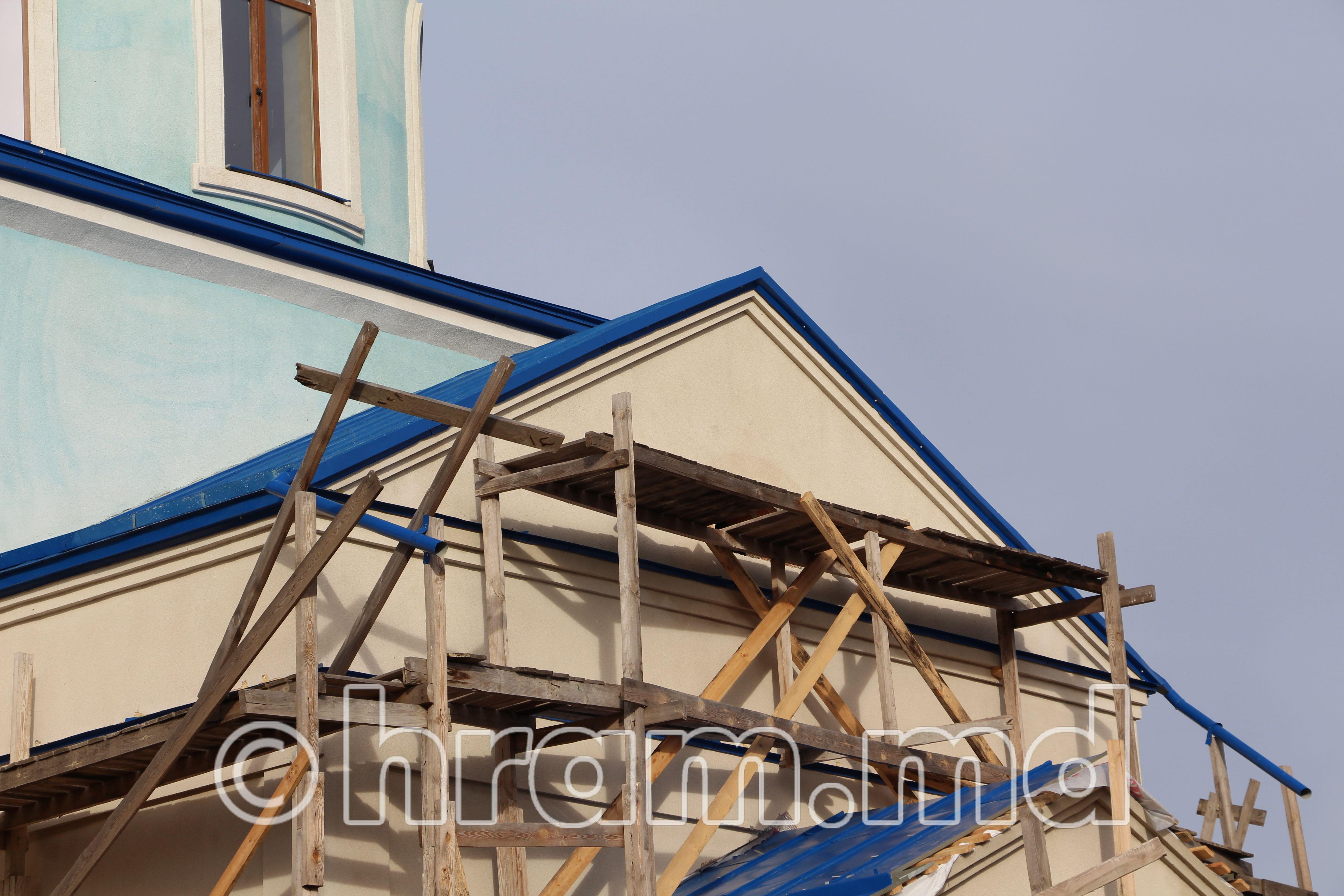 (Фото) В храме села Чишмикиой завершился этап кровельных работ