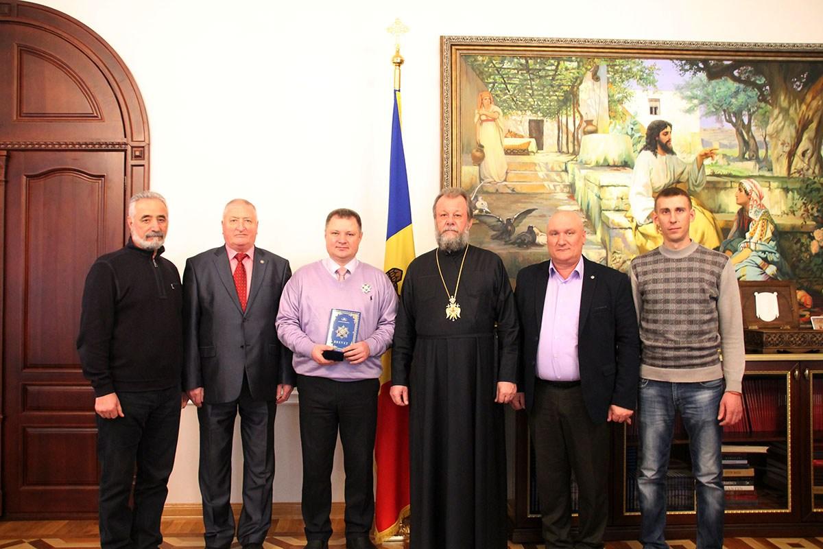 Митрополит Владимир наградил известного молдавского нейрохирурга орденом «Церковные заслуги».
