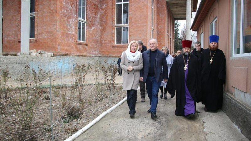 Президент Республики Молдова Игорь Додон и башкан Гагаузии Ирина Влах посетили строящуюся церковь в Вулканештах