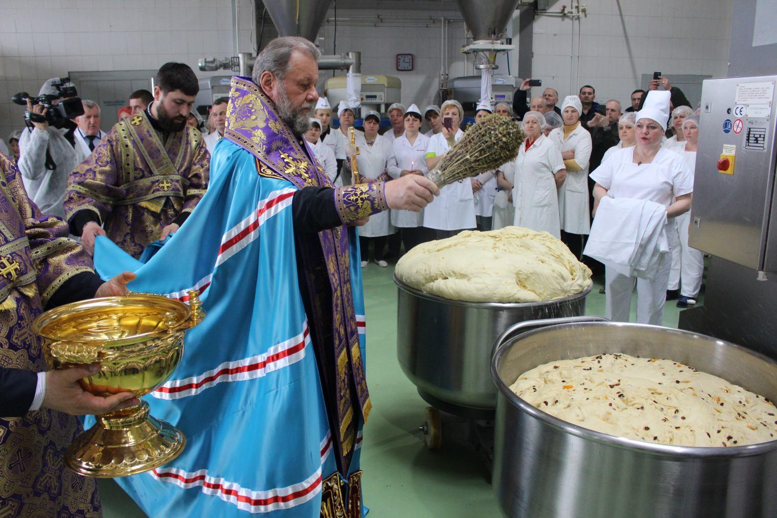 (ФОТО+ВИДЕО) Митрополит Владимир благословил процесс изготовления пасхальных куличей на кондитерском заводе Franzeluța