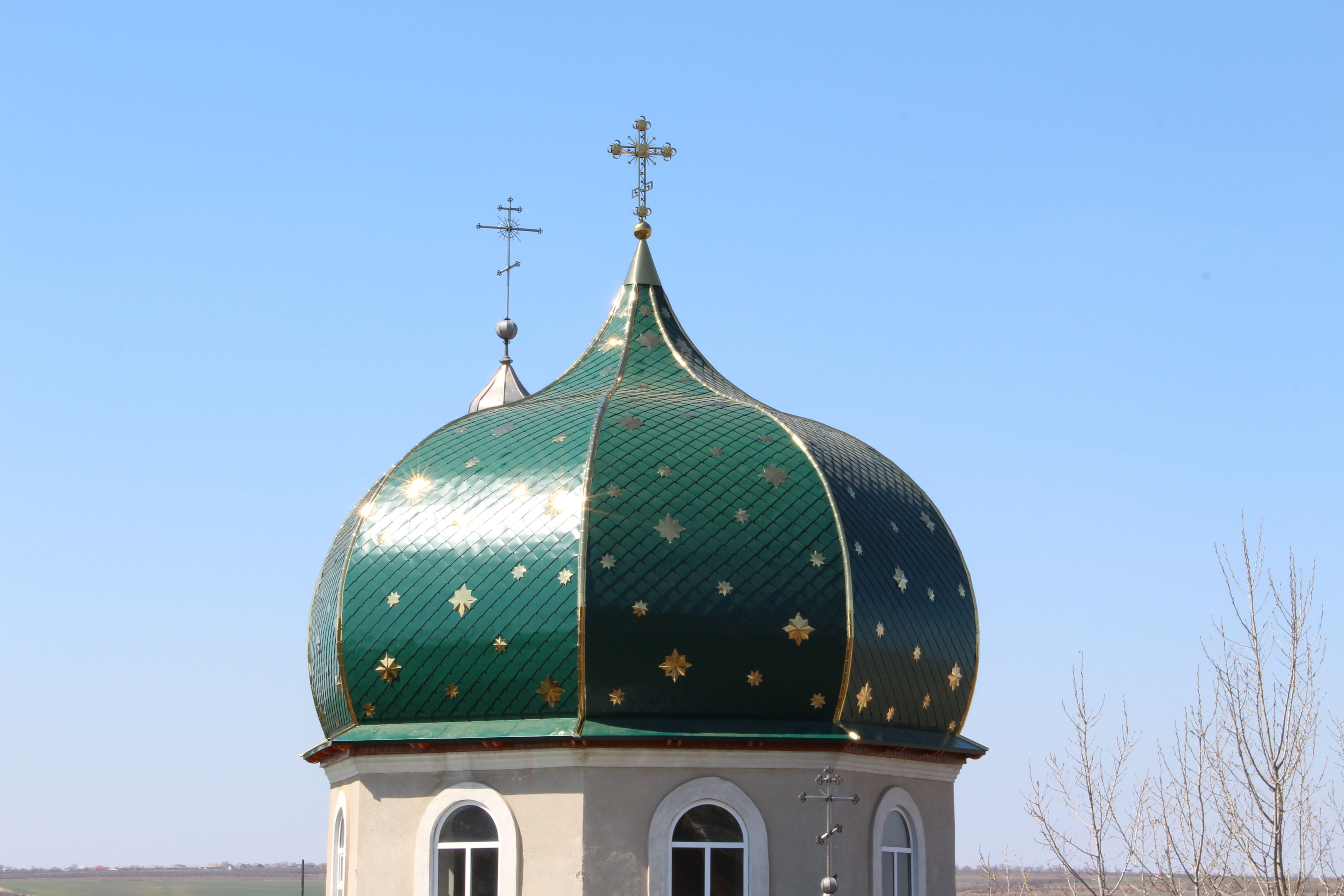 В Етулии закончили сборку главного купола храма
