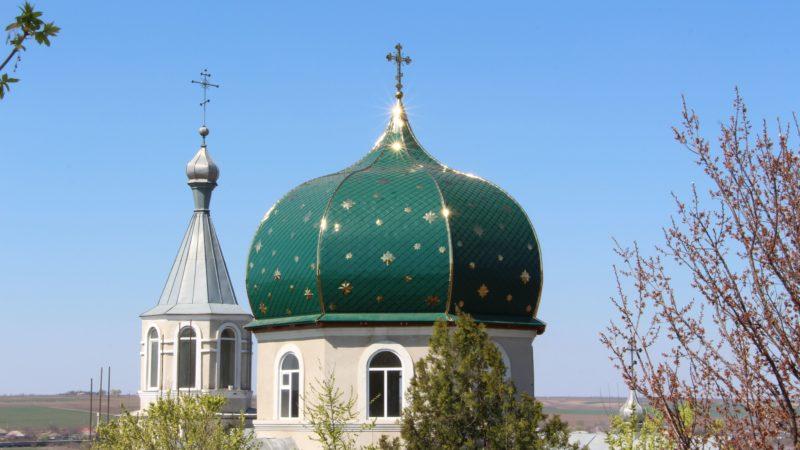 (ФОТО) В Етулии закончили сборку главного купола храма