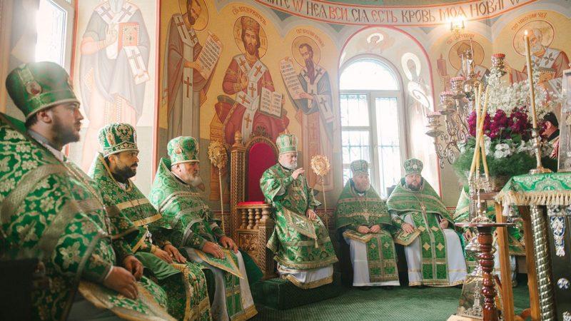 Почему во время чтения Апостола священнослужители садятся, и можно ли в это время садиться также и мирянам?