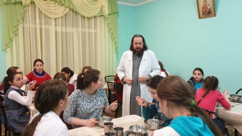 (ФОТО) Мастер-класс по приготовлению борща от епископа Петра