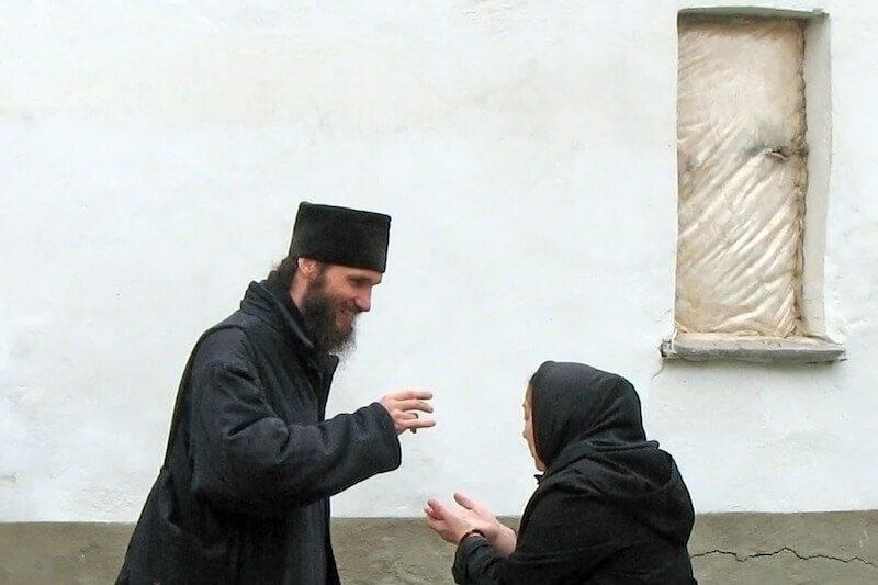 (ВИДЕО) Зачем брать благословение у священника?