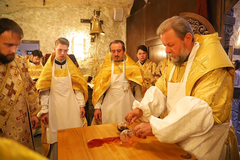 (ФОТО) Митрополит Владимир совершил чин освящения подземного храма, расположенного в подвалах Криковского винного комбината