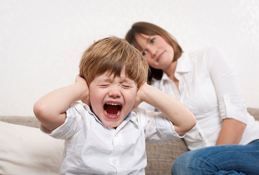 «Ребенок закричал, и вы вернули ему телефон». Можно ли нажать на кнопку и выключить истерику?