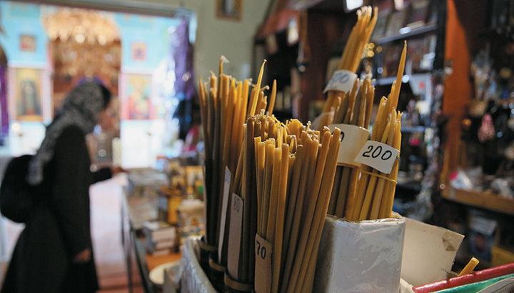 Почему свечные ящики и книжные лавки часто находятся внутри храмов?