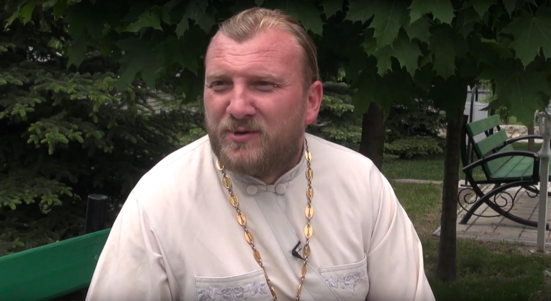 (ВИДЕО) Иерей Виталий Дерели: Священник должен уметь и топор в руках держать и гвоздь забивать