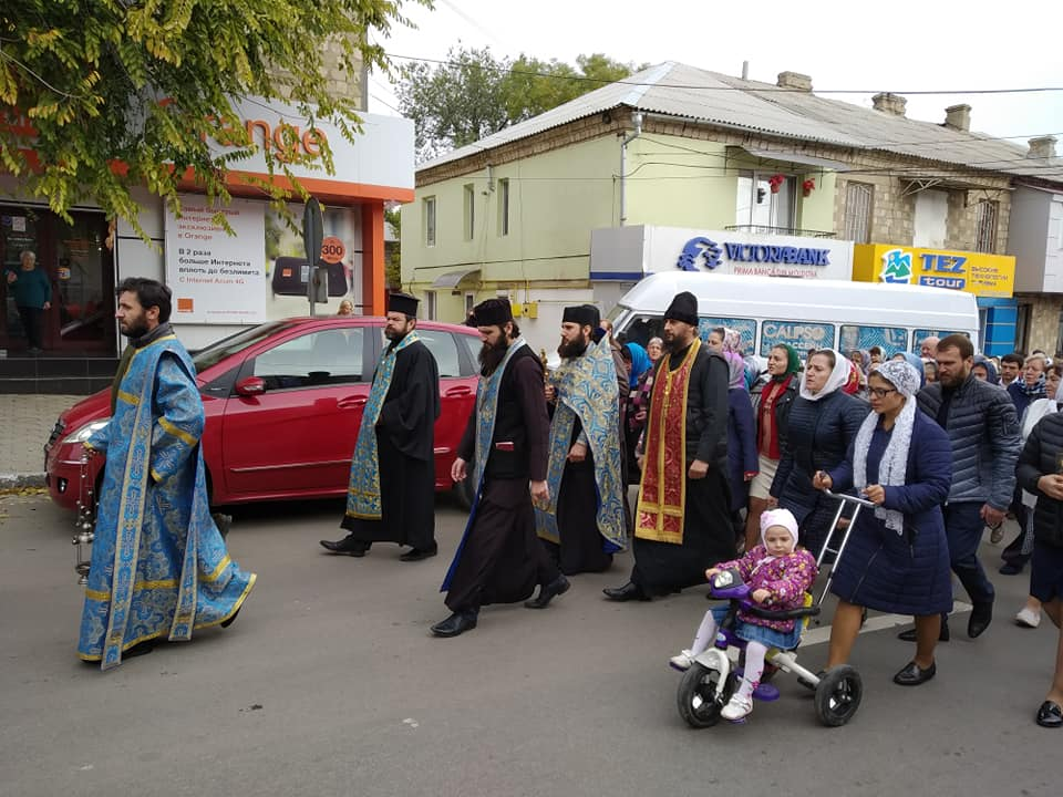 (ФОТО) В день Покрова Пресвятой Богородицы в мун. Комрат прошел крестный ход