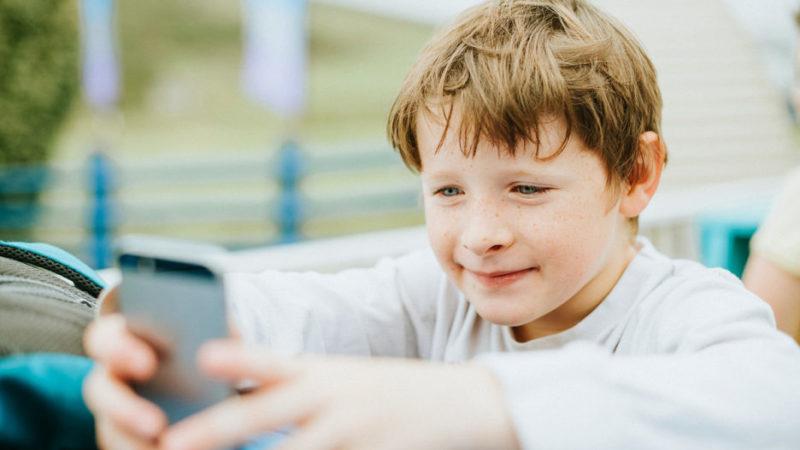 «Опять тупит в телефоне в эти свои ролики». Полная чушь и трата времени – стоит ли запретить?
