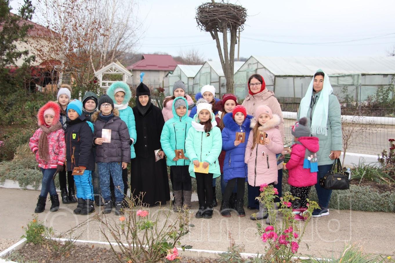 (ФОТО) Церковная школа с. Чишмикиой посетила монастырь и конеферму в Чадыр-Лунге
