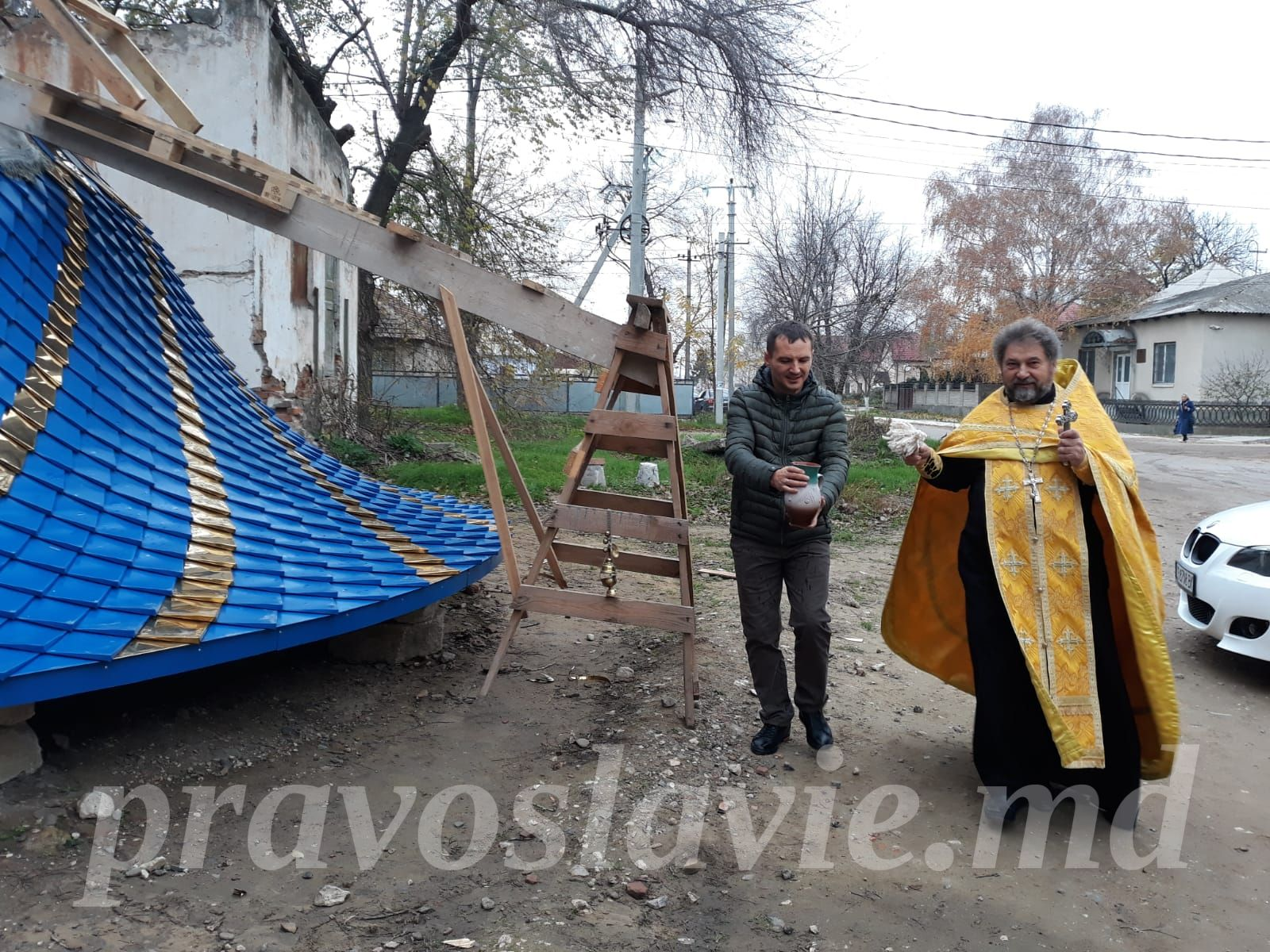 (ФОТО) В Вулканештах установили купол и крест на строящейся часовне