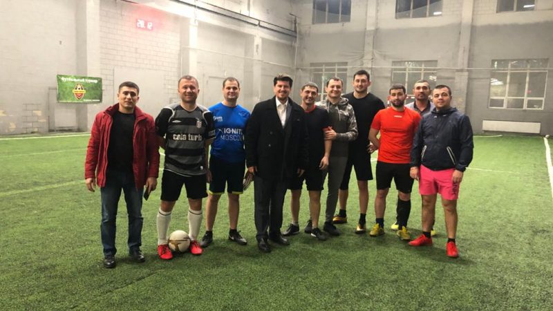 (ФОТО) В преддверии праздников протод. Константин Барган встретился с уроженцами Гагаузии на футбольной арене