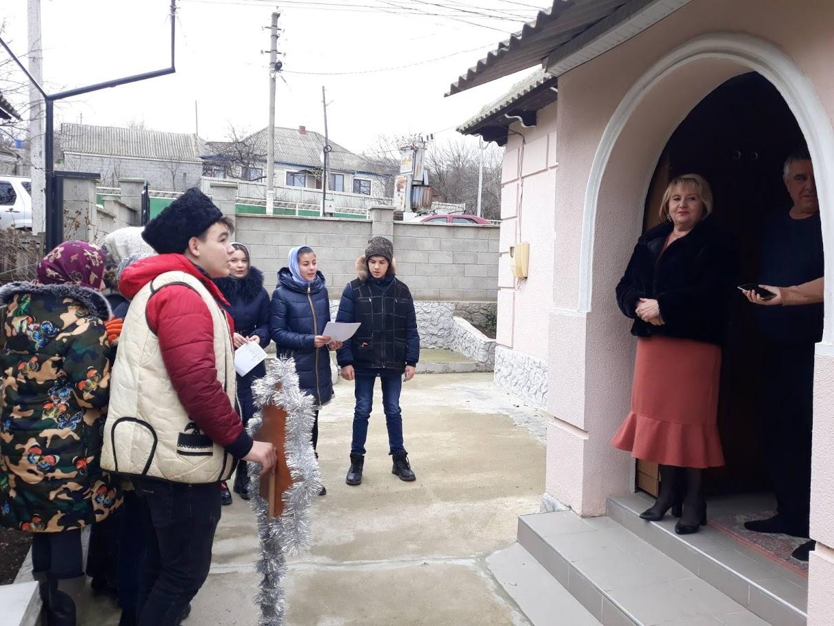 (ФОТО) Воспитанники церковной школы при храме г. Вулканешты поздравили жителей с Рождеством
