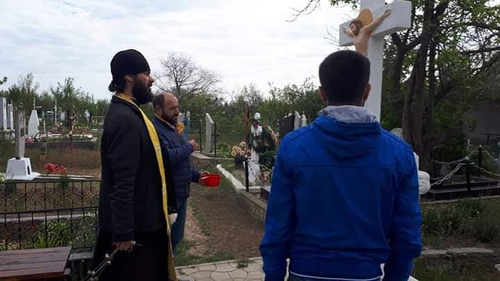 (ФОТО) В Чадыр-Лунге на Радоницу священник обошел все кладбища города