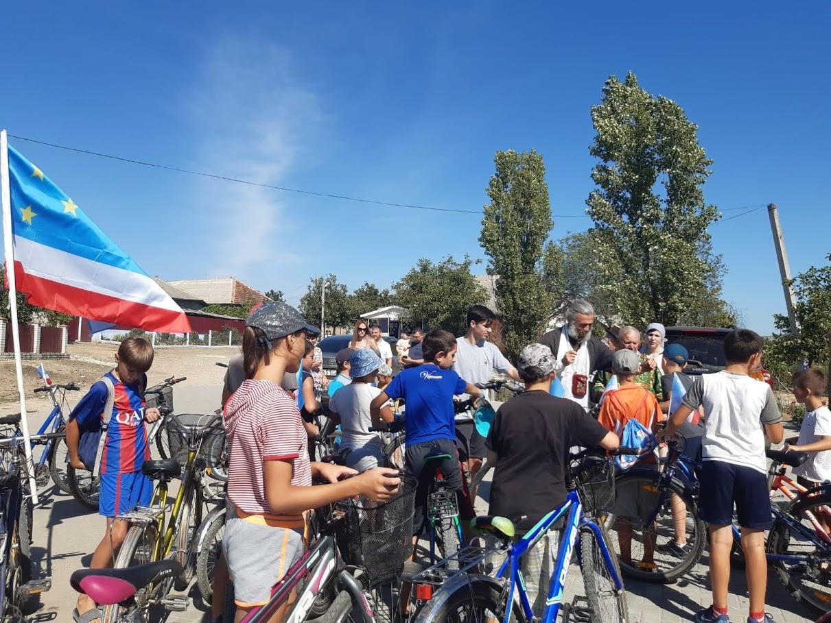 (ФОТО) Настоятель Свято-Троицкого храма села Джолтай благословил участников велопробега