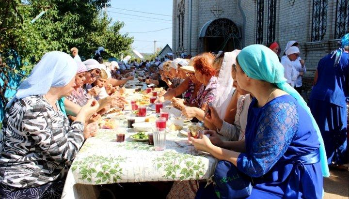 Не грешно ли организовывать трапезы при храмах на престольные праздники?