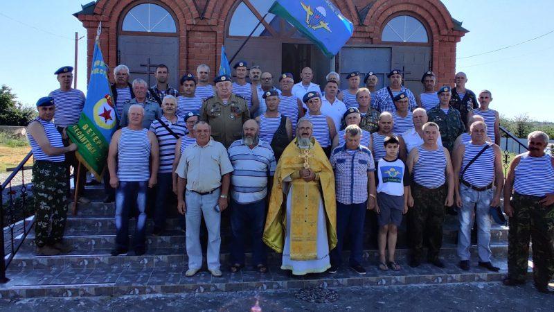 (ФОТО) Гагаузский священник из Украины совершил богослужение с ветеранами десантных войск