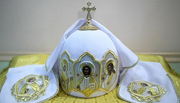 Почему предстоятели православных церквей носят разные головные уборы?