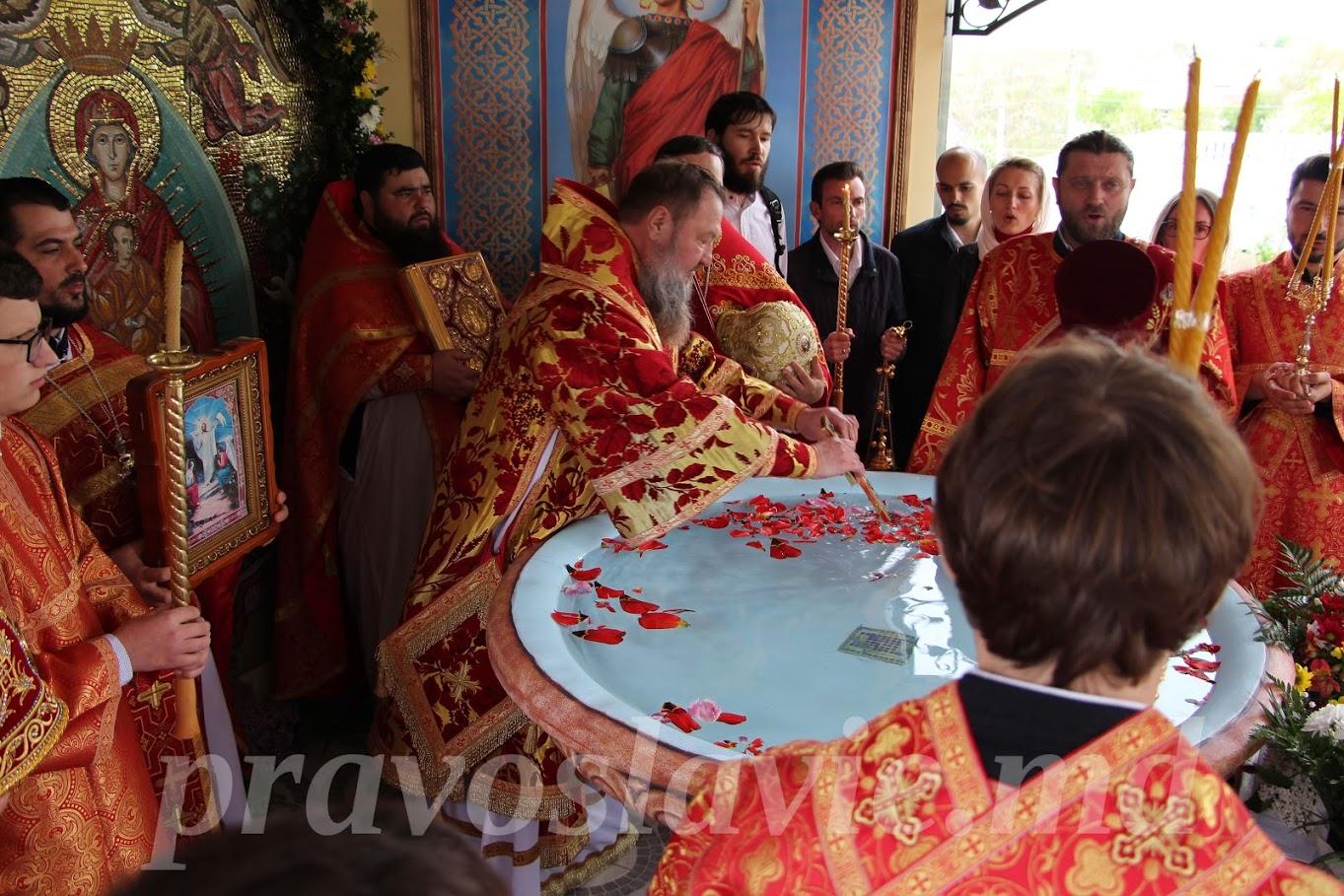 (ФОТО) В селе Гайдар освятили водосвятную часовню на территории храма
