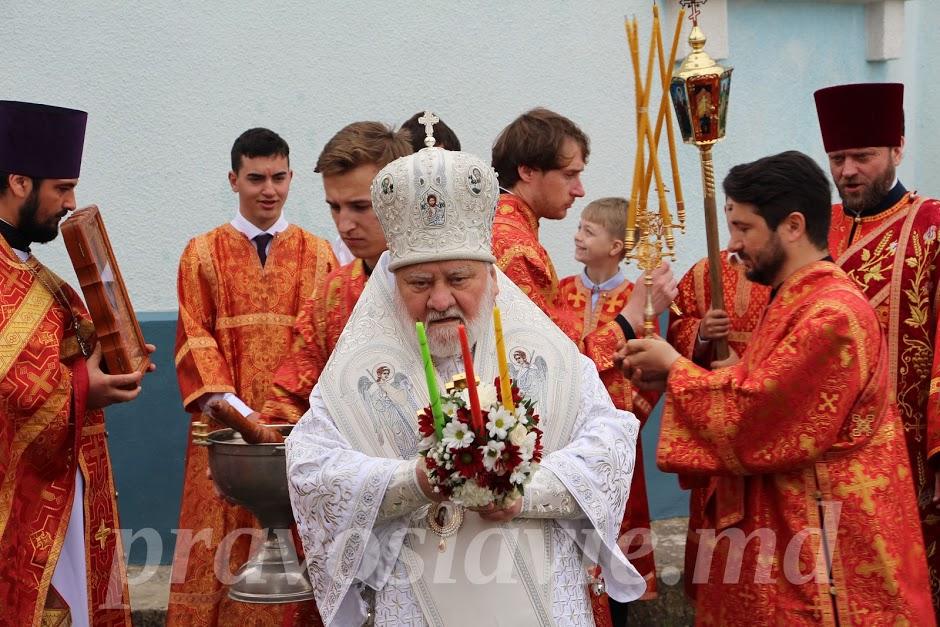 Почему в пасхальном богослужении священник использует трисвечник?
