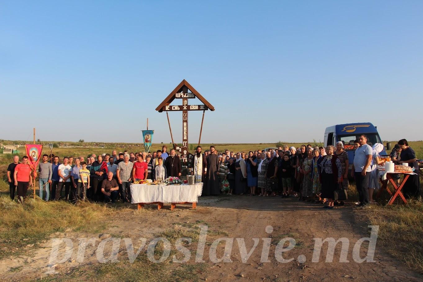 (ФОТО) В Чадыр-Лунге состоялся крестный ход и освящение поклонного креста