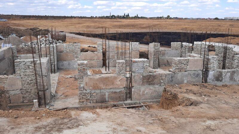 (ФОТО) На новом кладбище в Чадыр-Лунге продолжается строительство храма